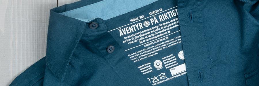 Informationstexten som är tryckt på scoutskjortans insida syns