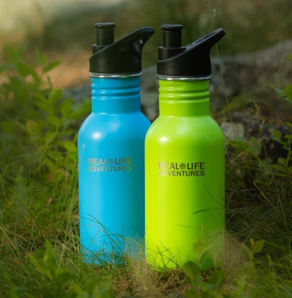 Scouternas vattenflaskor med texten Real Life Adventure